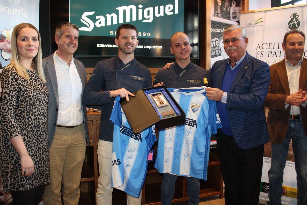 Francisco Martín Aguilar entregó camisetas del Málaga C.F. firmadas por los jugadores