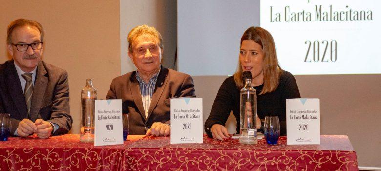Antonio Carrillo (presidente de LCM), Santiago Domínguez (Socio de Honor de LCM) y Belén Medina (Cervezas San Miguel) en la mesa de presentación de la Guía LCM 2020